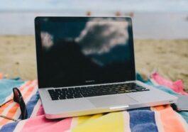 laptop na pláži