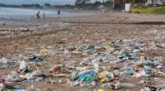 odpadky na pláži